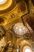 The golden dome and interior inside the church in Budapest — Stock Photo