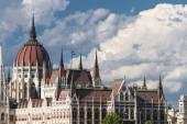Gotico edificio del Parlamento a Budapest su sfondo blu cielo — Foto Stock