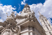 White Plague column in Budapest against the backdrop of the Cath — Stock Photo