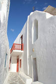 Tradional narrow street with whitewashed buildings, Mykonos town — Stock Photo