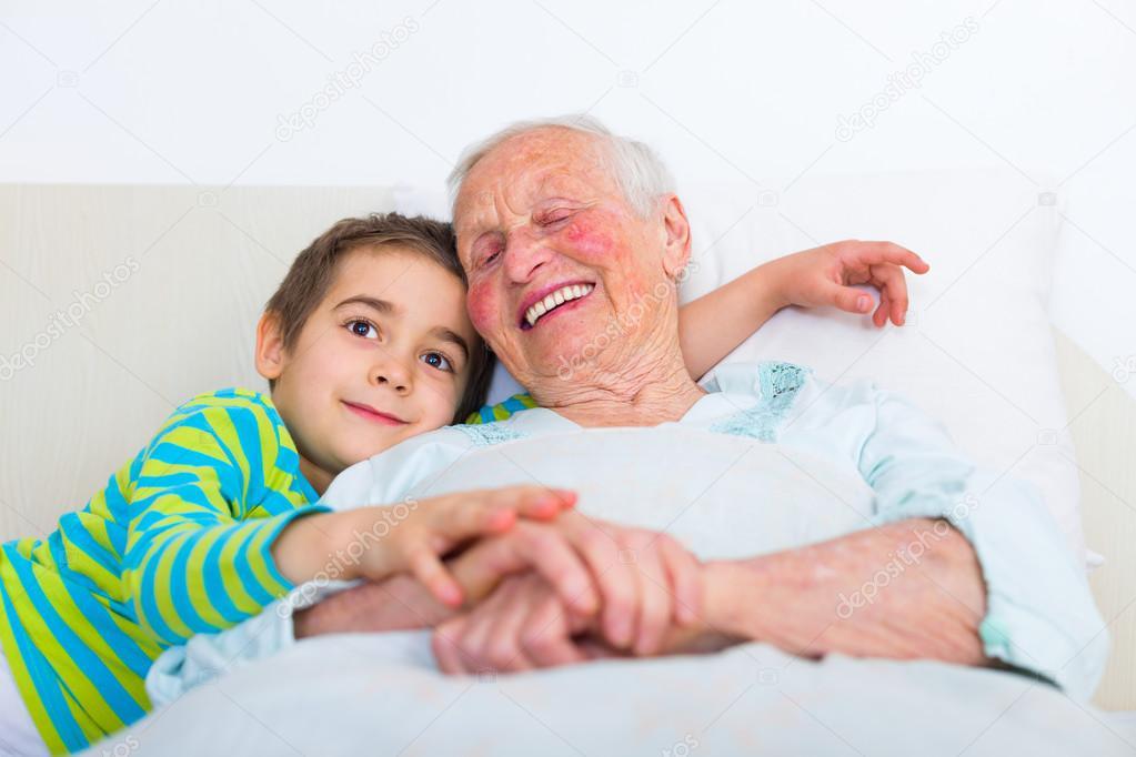 Фото бабушка спит с внуком фото 597-689