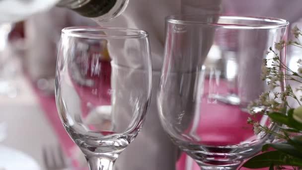 Verter el vodka en los vidrios en una ceremonia, closeup — Vídeo de stock