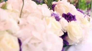 Wedding decoration with white and purple flowers and candles — Stock Video