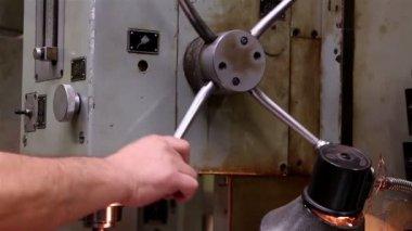 Heavy industry - Mechanical treatment, drilling machine — Vídeo de stock