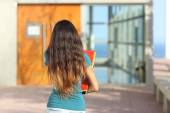 Back view of a teen girl walking towards the school — Stock Photo