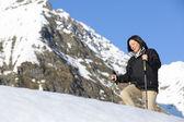 Mulher feliz caminhante, caminhadas na neve na montanha — Fotografia Stock