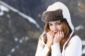 Woman going cold sheltered in winter outdoors — Foto de Stock