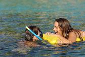 Несколько туристов, смех во время купания на пляже — Стоковое фото