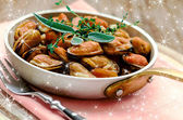 Mussels in cream and garlic sauce with provencal herbs — Stock Photo