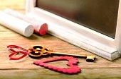 Художественное оформление святых Валентинов: сердце и ключ, доска и мел — Стоковое фото