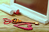 Saint Valentines decoration: heart and key, black board and chalk — Stockfoto