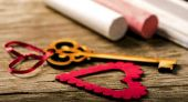 Saint Valentines decoration: heart and key, black board and chalk — Stock Photo