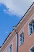 Casa de cidade clássica com downpipe sob céu azul — Fotografia Stock
