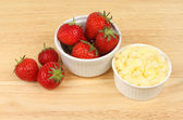Strawberries and clotted cream — Stock Photo