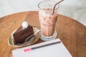 Pasto facile della torta al cioccolato e bevande — Foto Stock