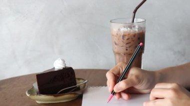 Freelance Having Create Time At Coffee Shop, Stock Video — Vídeo de stock