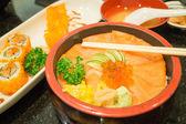 Rolo de sushi e sashimi salmão japonês — Fotografia Stock