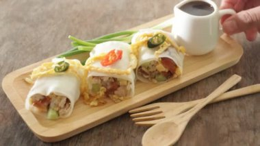 Serving spring rolls with vegetables on wooden plate — Stock Video