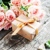 Gift Box and Pink Roses on Wooden Table — Zdjęcie stockowe