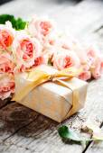 Gift Box and Tender Pink Roses — Stockfoto