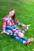 Madre feliz jugando con el hijo en el Parque — Foto de Stock