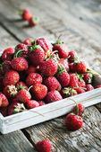 Frische Erdbeeren im weißen Kasten — Stockfoto