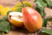 Pear cut into two halves — Stock Photo