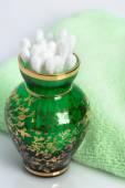 Katoen swabs in een groen glazen vaas — Stockfoto