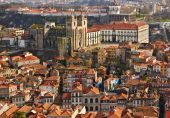 Roofs of old city and The Porto Cathedral (Se do Porto) in Porto — Stock Photo