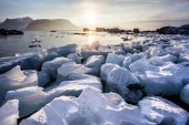 Arctic fjord landscape - ice on the shore - Spitsbergen — Stock Photo