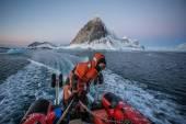 Arctic fjord zodiac cruise - Spitsbergen, Svalbard — Stock Photo