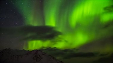 Beautiful Northern Lights over the Arctic mountains and glaciers — Stok video