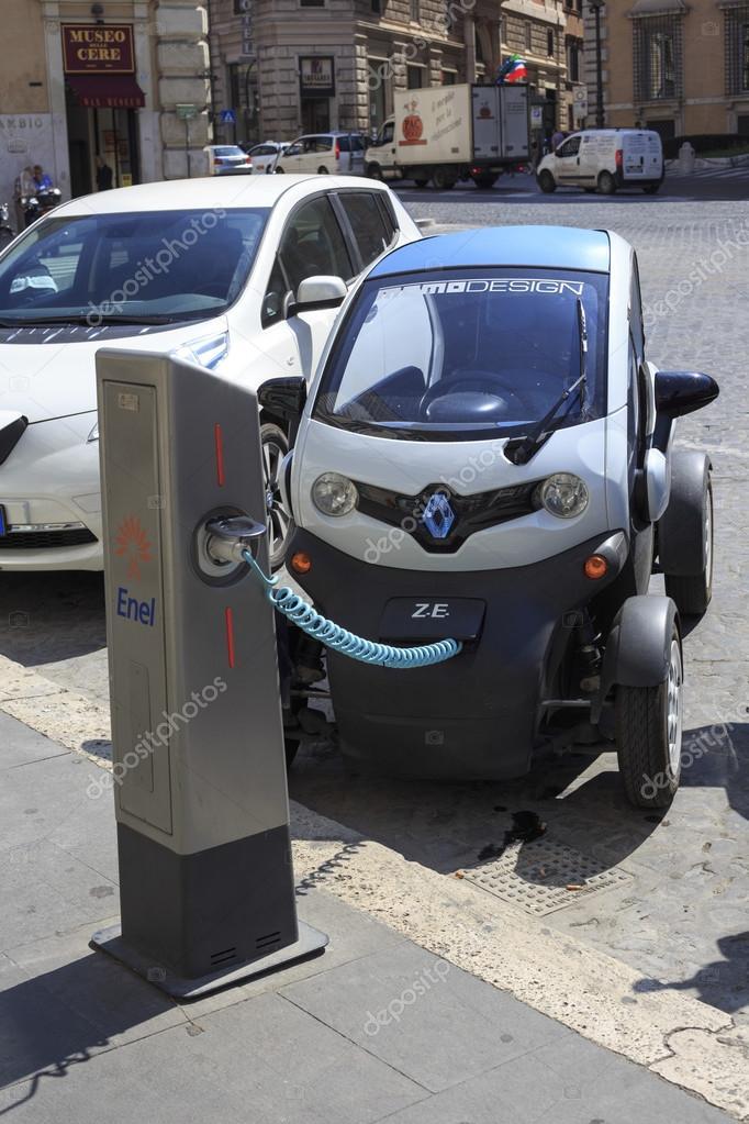 Coche eléctrico de Renault twizy se carga en Roma – Fotografía editorial de stock
