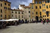 Tourists on Piazza Santa Maria in Lucca Italy — Stock Photo