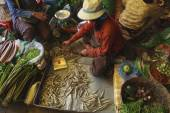 A busy scene of shoppers and market vendors in Siem Reap Market  — Stock Photo
