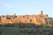Pitigliano city on the cliff in summer, Italy — Stock Photo