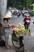 A Vietnamese female fruit seller in the old town of Ho Chi Minh — Stock Photo