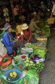 People sell vegetables at the local market, Siem Reap, Cambodia — Stock Photo