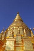 Golden Ancient Chedi building in Thailand — Stock fotografie