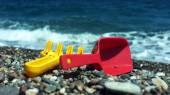 Child's rake and shovel on a beach — Stockfoto