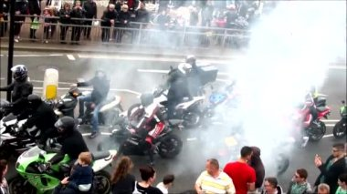 Group of  bikers ride their motorbikes — Stock Video