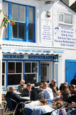 People lunch outside of the fish & chips restaurant — Stockfoto