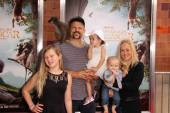 Chuck Liddell and family — Stock Photo