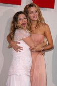Drew Barrymore and Bella Thorne — Stock Photo