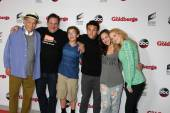 George Segal, Jeff Garlin, Sean Giambrone, Troy Gentile, Hayley Orrantia and Wendi McLendon-Covey — Stock Photo
