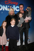 Tori Spelling and Dean McDermott with children — Foto Stock