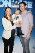 Beverley Mitchell and Michael Cameron with son — Stock Photo