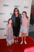 Tiffany Amber Thiessen and friends daughters — Stock Photo