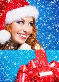 Joven y hermosa muchacha con la Navidad encima ba azul — Foto de Stock