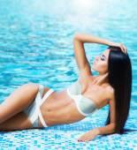 在游泳池中轻松的女人 — 图库照片